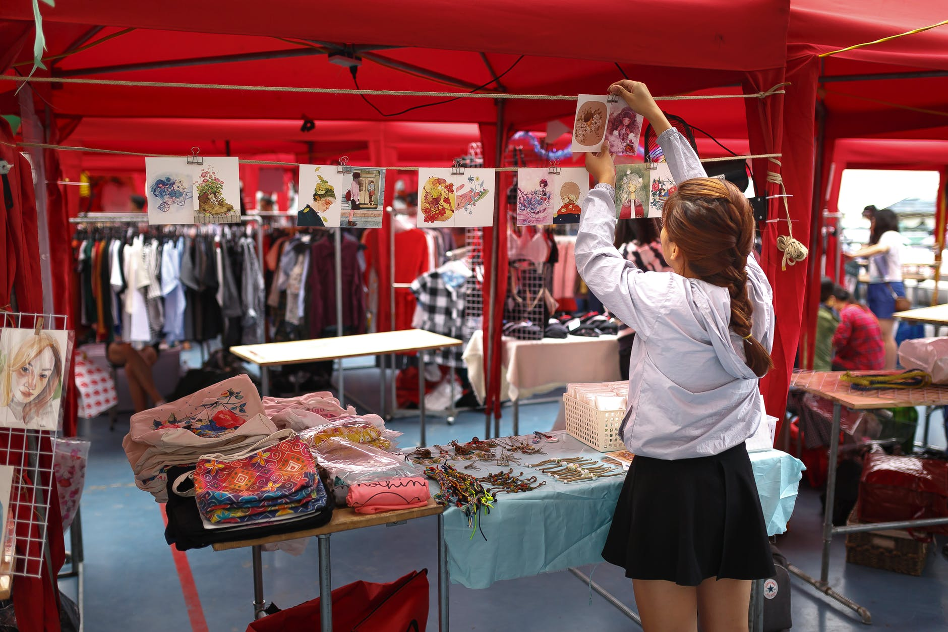 Women-Setting-Stall-at-Gift-show